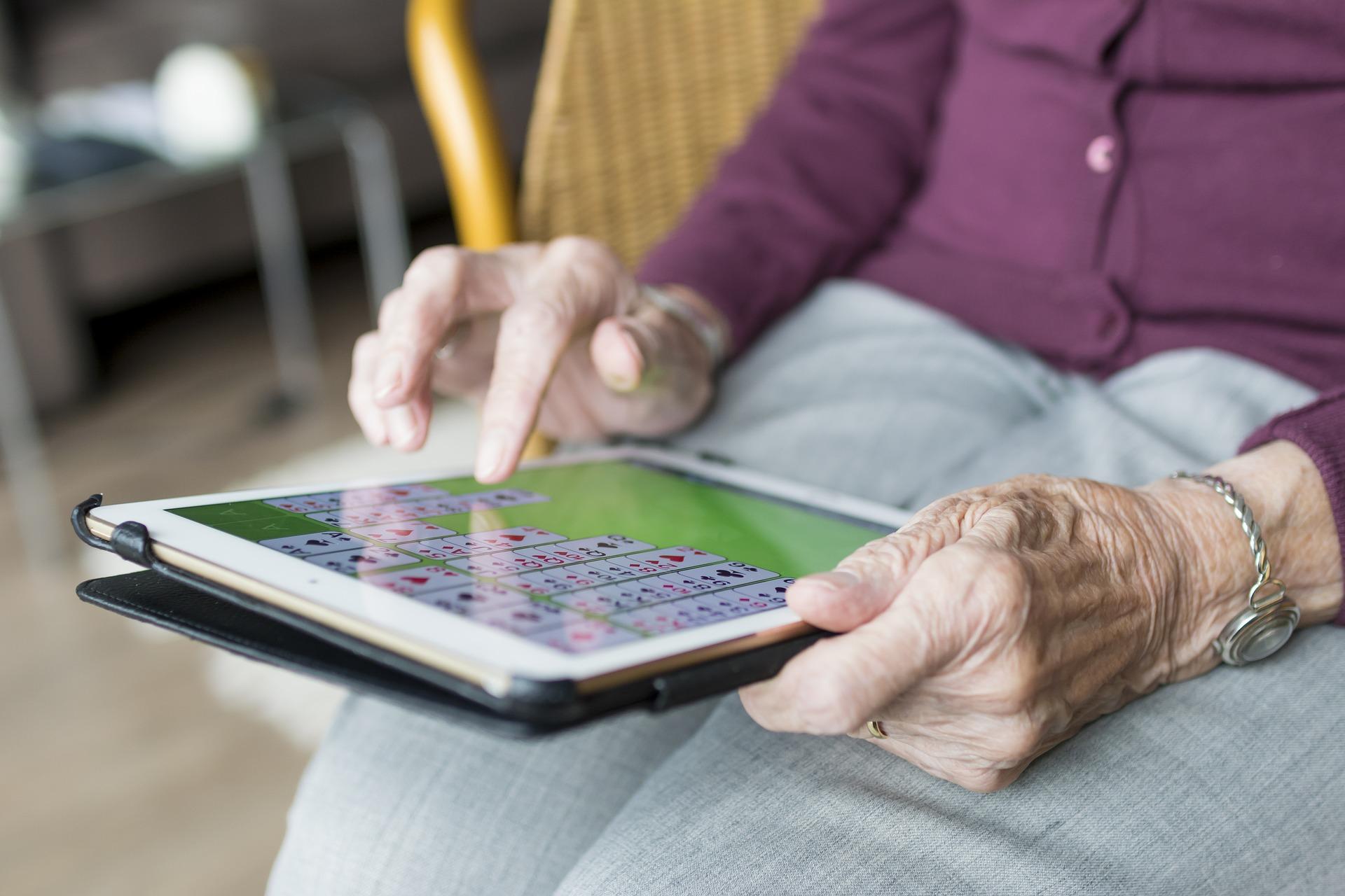 高齢者のウォーキングには脳の若返り効果?室内で無理なく座ったまま歩く方法とは