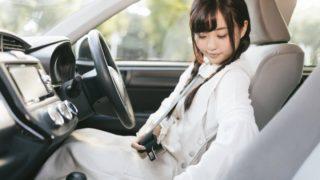 車のシートベルトをしっかり締める