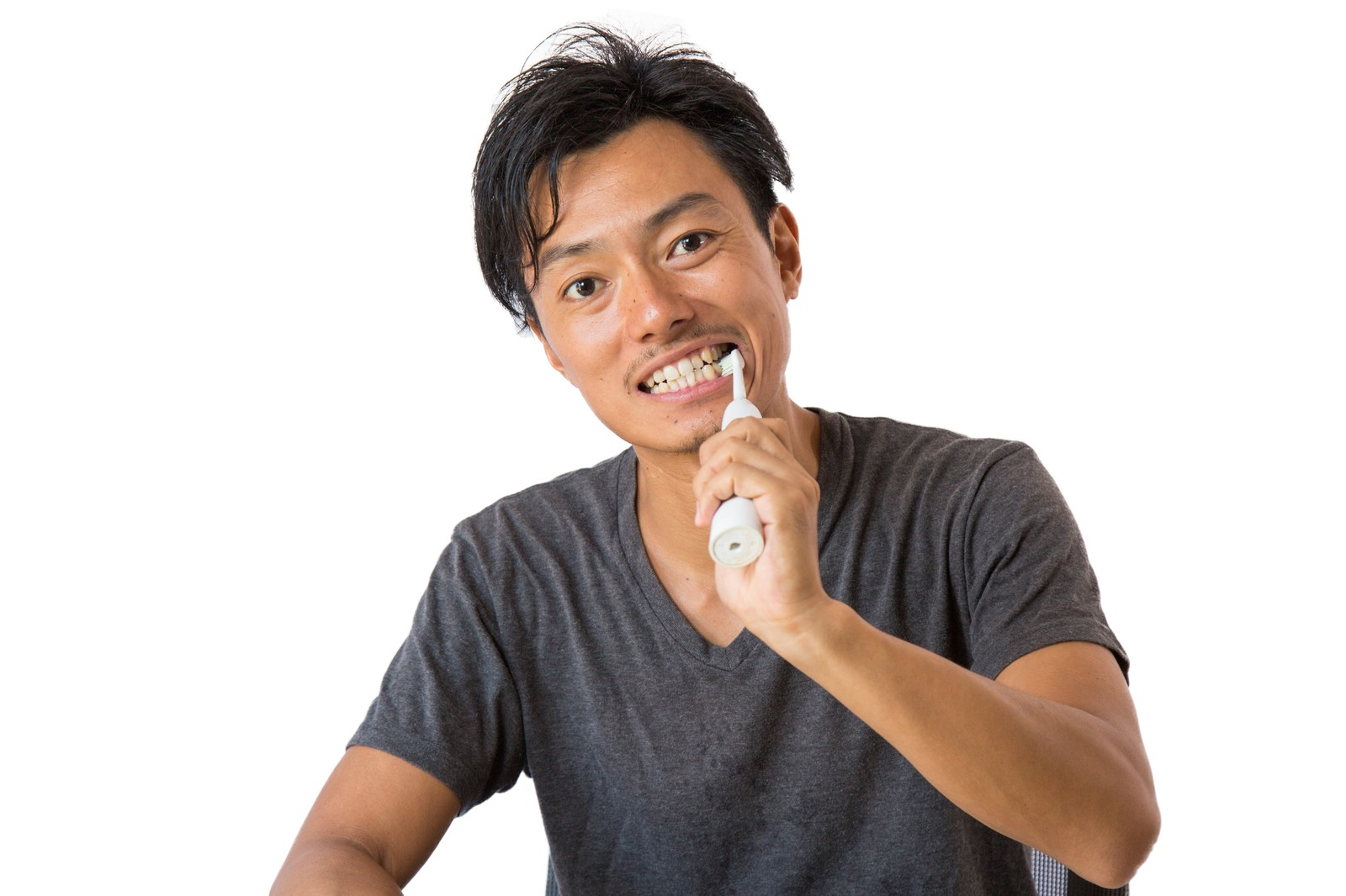電動歯ブラシで歯を磨く男性