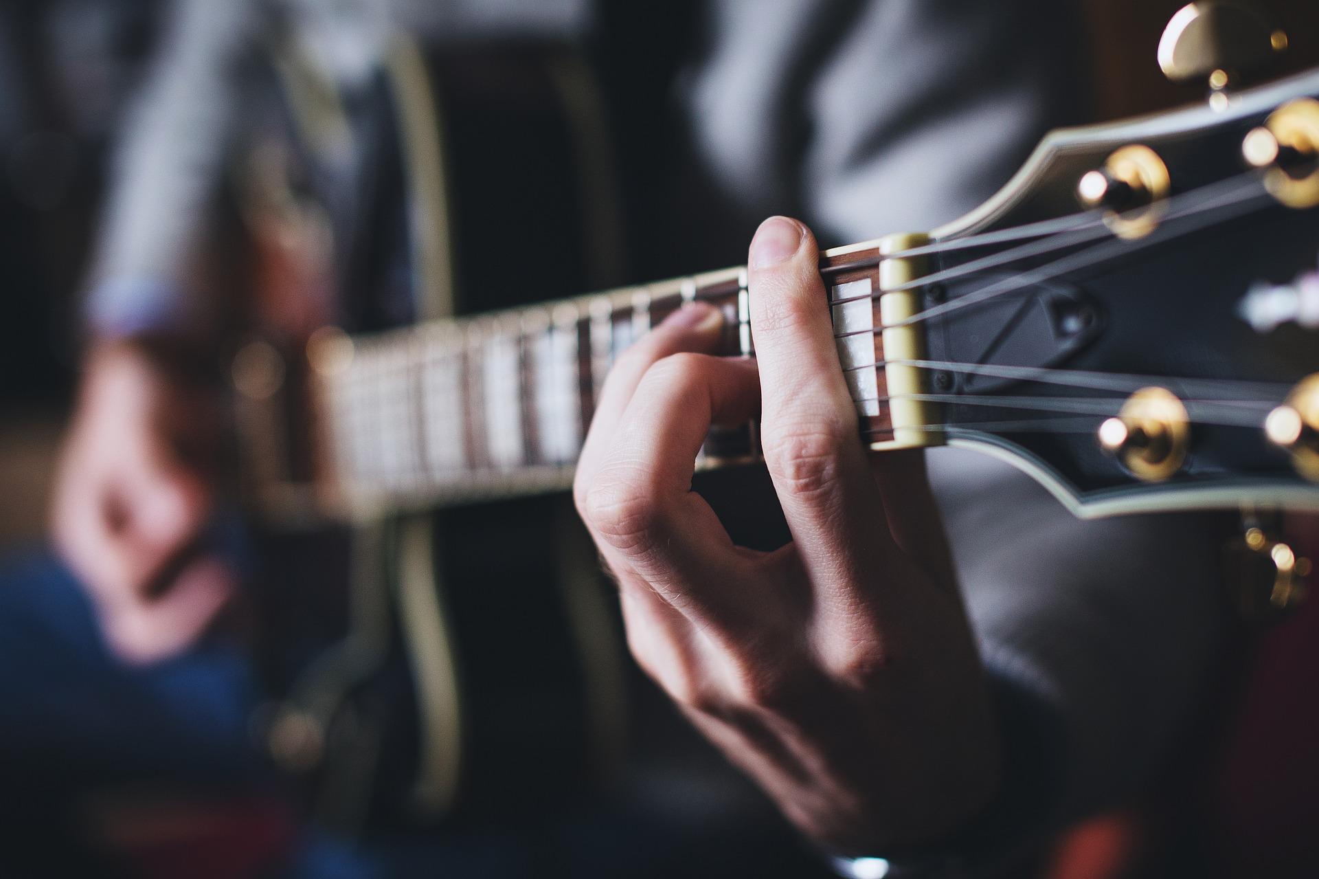 エレキギターでFコードを弾く人